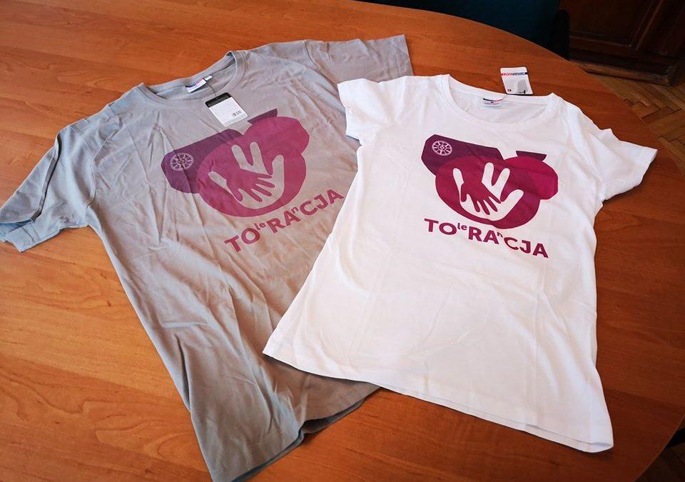"""""""Tolerancja to Racja"""" – koszulki z logiem wystawy i plakatu"""